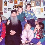 Ο Γέροντας Ιάκωβος μεταδίδει τη χαρά των Χριστουγέννων  στην άλογη κτίση