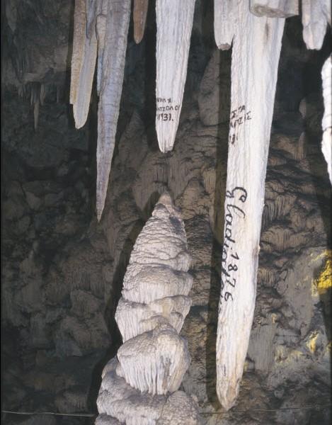 Το σπήλαιο της Αντιπάρου – Ένας σταλαγμίτης 45 εκατομμυρίων ετών