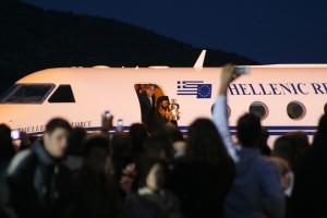 Το Άγιον Φως φθάνει στην Αθήνα