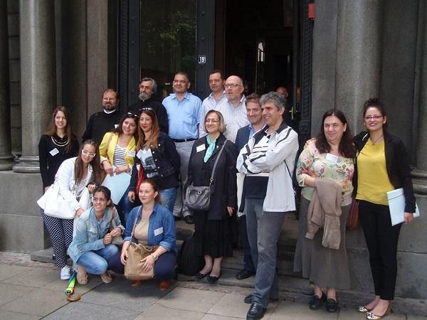 Τμήμα των Εισηγητών μπροστά στην είσοδο της Θεολογικής Σχολής