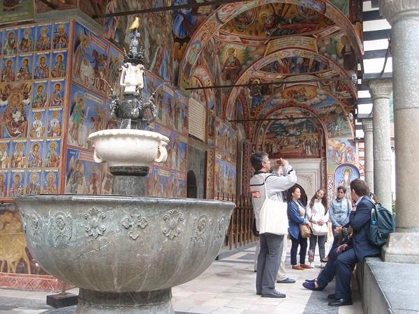 Το συντριβάνι στον περίβολο του Κθολικού στη Ρίλα