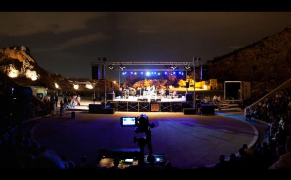Με μια αγκαλιά τραγούδια: Συναυλία αλληλεγγύης στο θέατρο Πέτρας