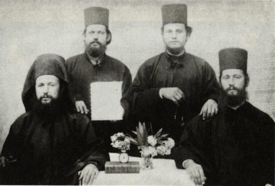 Οι αδελφοί Γαβριήλ και Σεραφείμ (καθιστοί Χρυσόστομος και Διονύσιος (όρθιοι)
