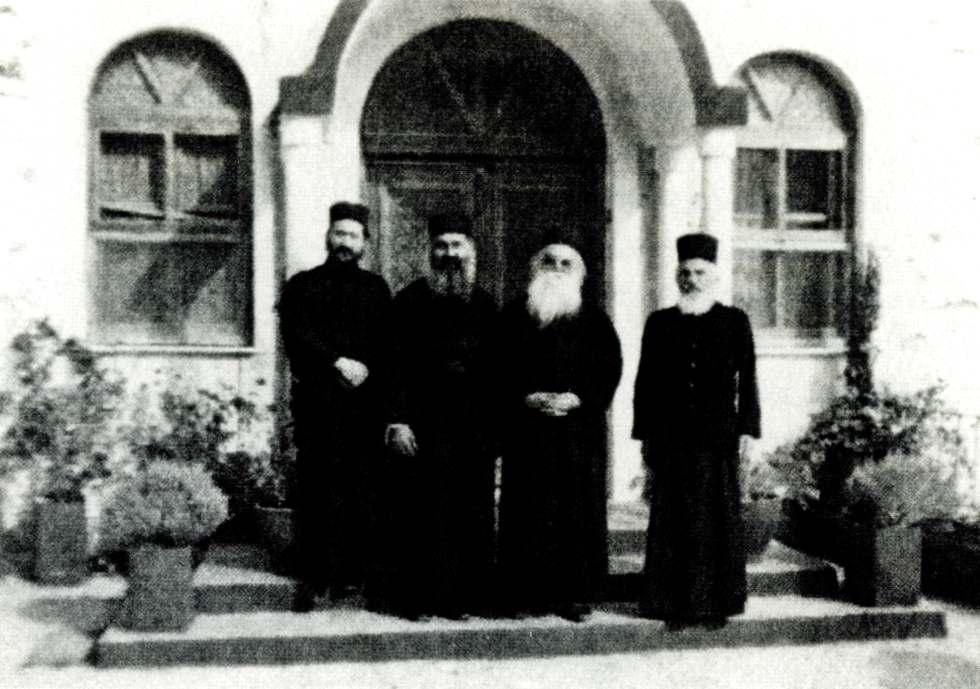 Ο Γέροντας Ευστάθιος (δεξιά) στη σκήτη της Μικράς Αγίας Άννης