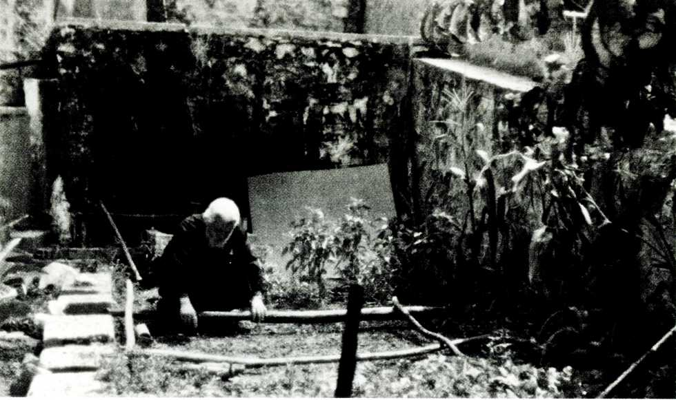 Ο Γέροντας Ευστάθιος στον κήπο της Καλύβης του