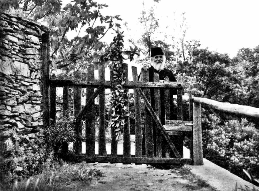 Ιερομόναχος Ισαάκ Σταυρονικητιανός, στην είσοδο του Κελλιού του