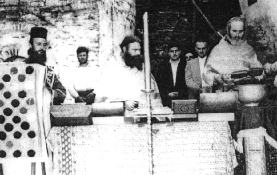 Ο παπα-Νικόδημος (στο μέσον) σε αγιασμό πανηγύρεως της ιεράς σκήτης Κουτλουμουσίου (1964)