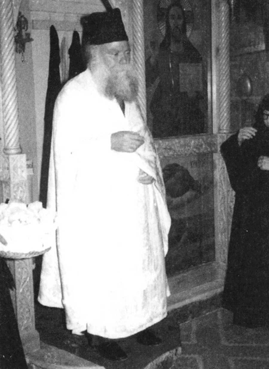 Ο παπα-Νικόδημος λειτουργός στην ιερά μονή Αγίας Ειρήνης Κρουσσώνος Κρήτης