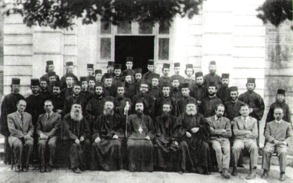 Ο σχολάρχης Ναθαναήλ μετά των καθηγητών και ιεροσπουδαστών (1958)