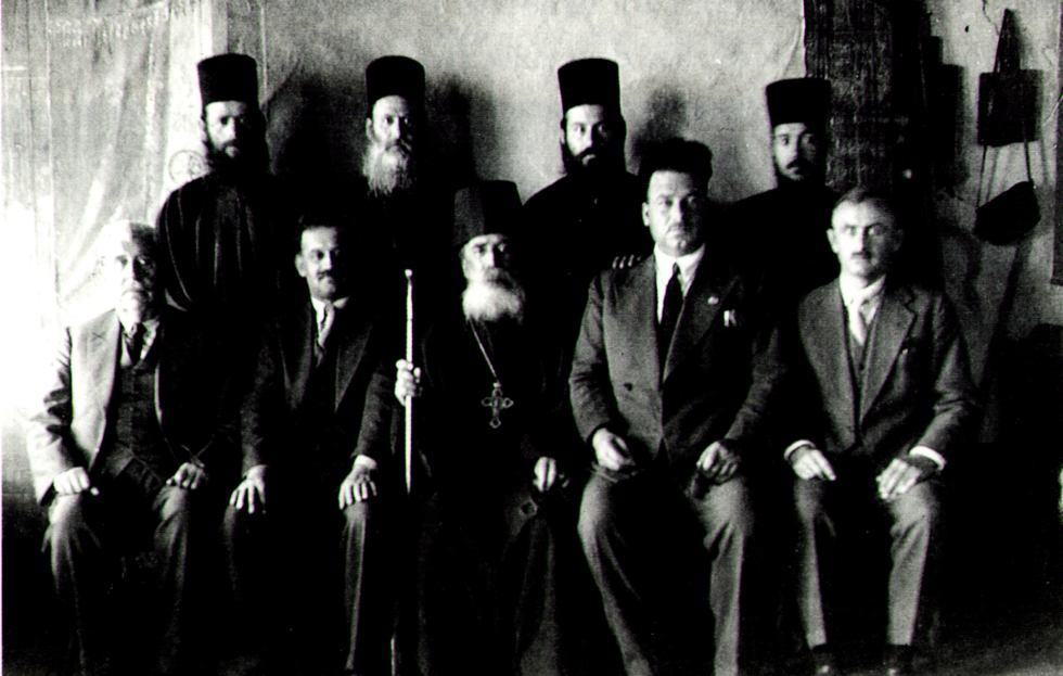 Η αδελφότητα των Δανιηλαίων, καθήμενος από αριστερά: π. Δαμασκηνός, Ρέγκος, παπα-Δανιήλ, π. Στέφανος. Όρθιοι :π. Νήφων, π. Γερόντιος, π. Αθανάσιος