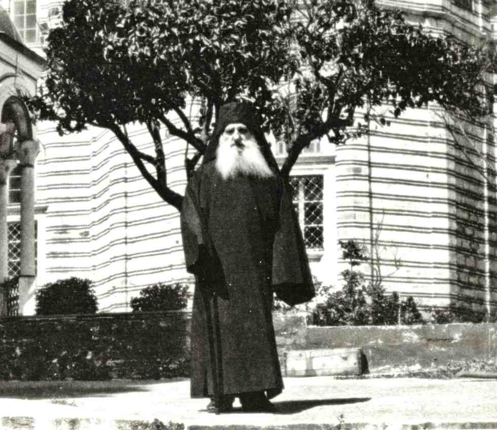 Ο ιερομόναχος Κυπριανός Ξενοφωντινός, έξω του Καθολικού της μονής της μετάνοιάς του