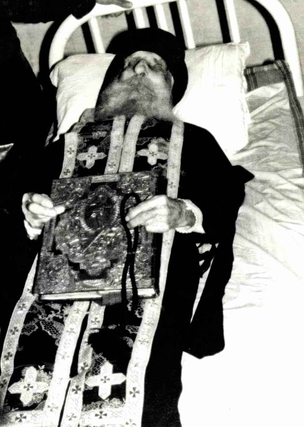 Ιερομόναχος Κυπριανός Ξενοφωντινός, ευλογών στη νεκρική κλίνη