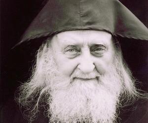 Όσιος Σωφρόνιος: Η αγάπη του Χριστού θέλει να υπηρετήσει τους «μικρούς» και αδυνάτους του αιώνος αυτού!!