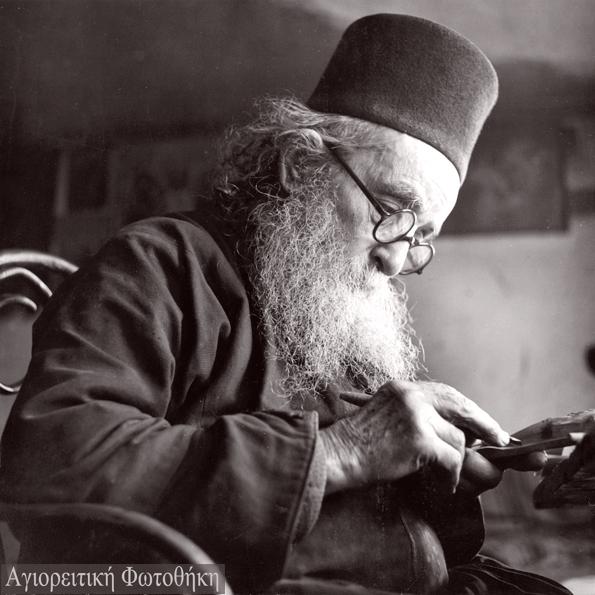Αρσένιος μοναχός Καυσοκαλυβίτης ο ξυλογλύπτης (1866-1956) (Φωτογραφία: Σπύρος Μελετζής, 1950)-Πηγή: athosprosopography.blogspot.gr