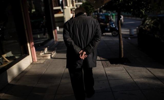 An elderly man strolls in Thessaloniki's street on February 21, 2015. / Ένας ηλικιωμένος άνδρας κάνει βόλτα σε δρόμο της Θεσσαλονίκης στις 21 Φεβρουαρίου 2015.
