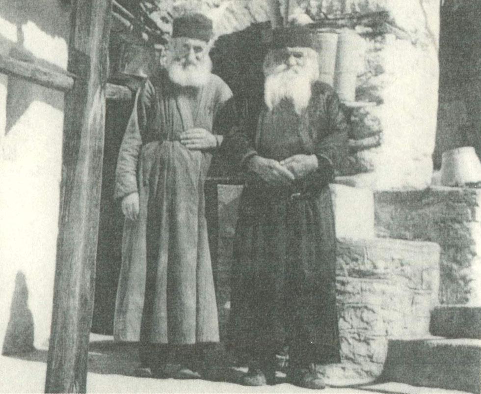Ο μακάριος Γέροντας Χριστόδουλος Κατουνακιώτης (δεξιά), με τον εκλεκτό υποτακτικό του μοναχό Καλλίνικο