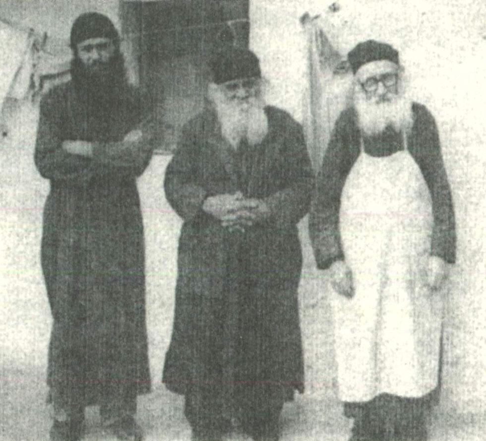 Ο Γέροντας Χριστόδουλος (στο μέσο) με τους υποτακτικούς του Καλλίνικο και Γεράσιμο