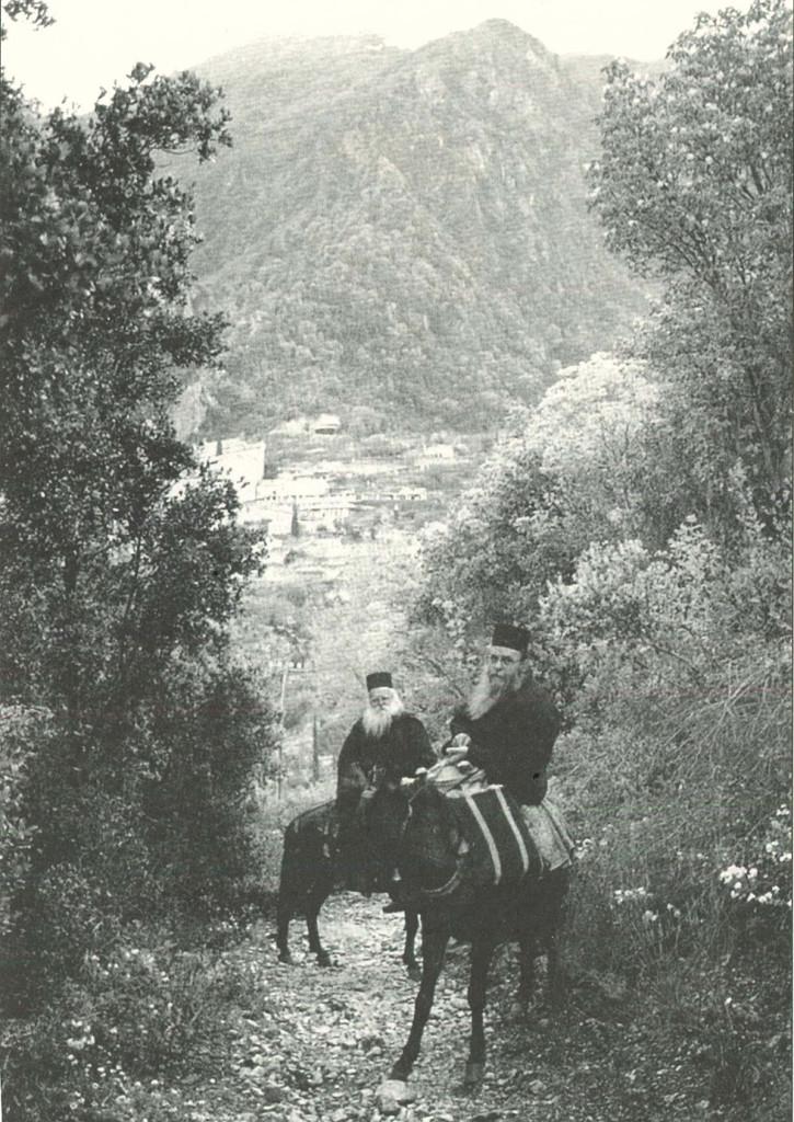 Ο Ιερομόναχος Διονύσιος (μπροστά) με τον Γέροντα Γεράσιμο Μικραγιαννανίτη, επιστρέφοντας από τη μονή Αγίου Παύλου στη Μικρά Αγία Άννα.