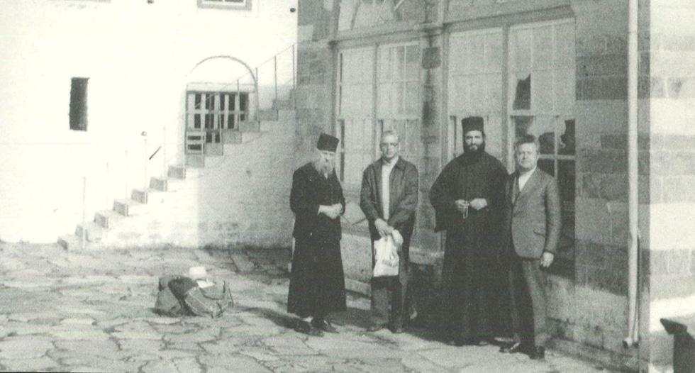 Γέροντας Μόδεστος Κωνσταμονίτης (αριστερά) στον αυλόγυρο της μονής του (1978)