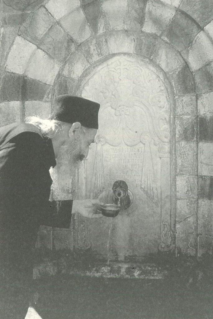 Ο ιερομόναχος Παύλος Αγιοπαυλίτης στην κρήνη της μονής.