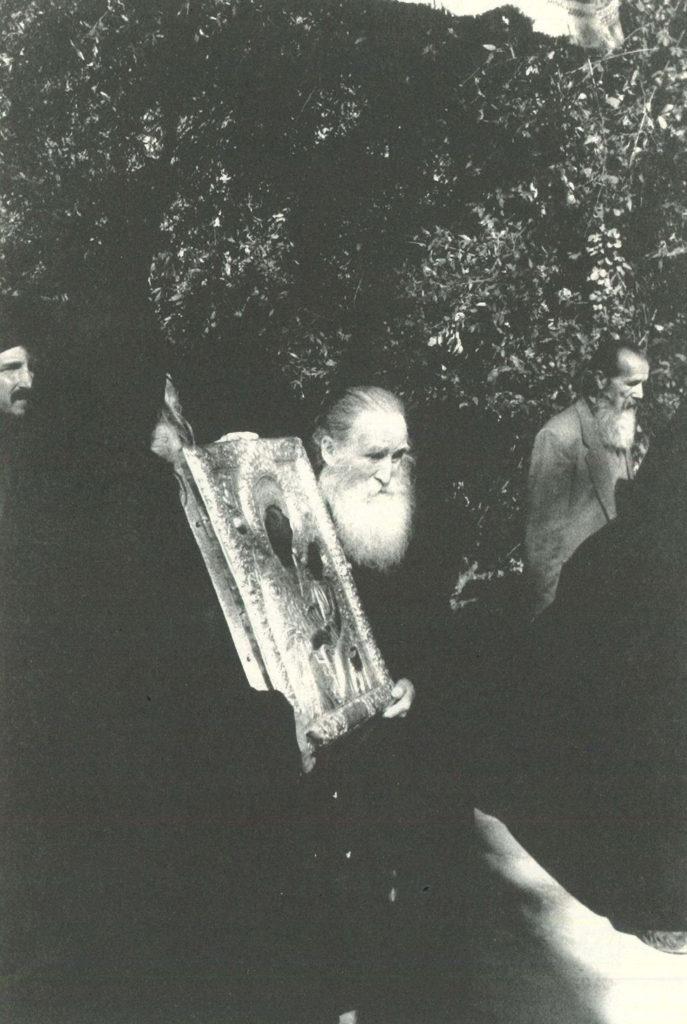 Ο μοναχός Εφραίμ Λαυριώτης, βαστώντας την εικόνα της Φοβεράς Προστασίας (φωτ. μοναχού Παϊσίου Καρυώτη)