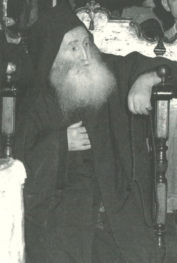 Ο μοναχός Εφραίμ Λαυριώτης στο ναό του Πρωτάτου (φωτ. μοναχού Γαβριήλ Φιλοθεΐτου