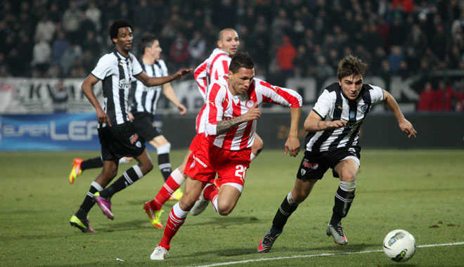 THESSALONIKI, GREECE - FEBRUARY 5: Kostas Stafilidis (R), Hose Holevas(L) in football match between Paok and Olympiakos (0-2) on February 5, 2012 in Thessaloniki, Greece