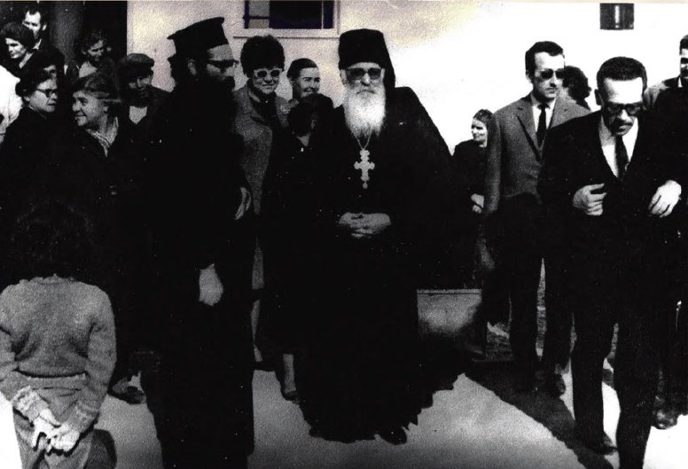 Με τον πνευματικό του πατέρα Γέροντα Φιλόθεο Ζερβάκο στο Σιδηρόκαστρο, έτος 1965.