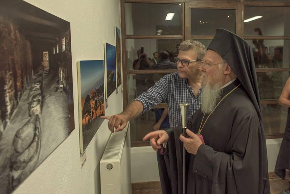 O Οικουμενικός Πατριάρχης ξεναγείται στην έκθεση από τον κ. Αραμπατζή (φωτο Κ. Βάντσου)