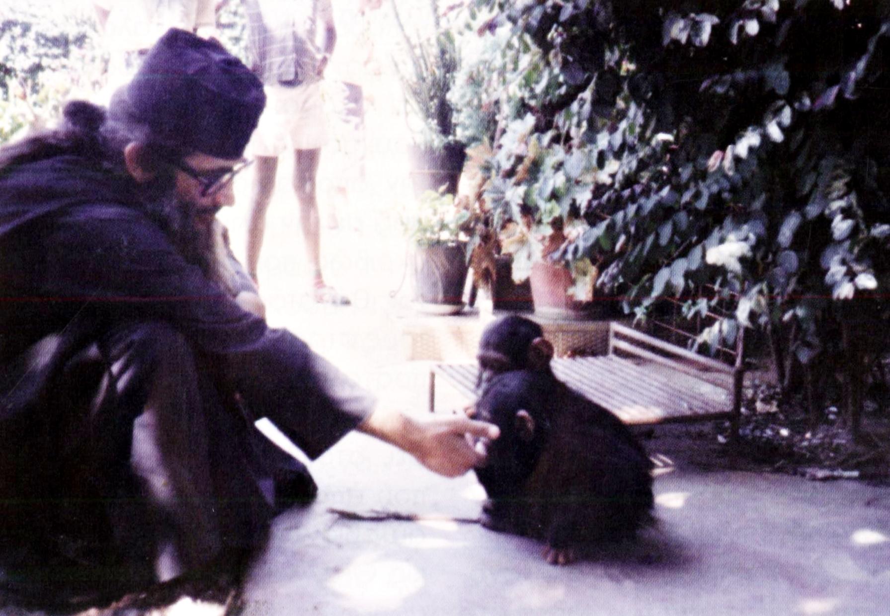 Έκδηλη η αγάπη του π. Κοσμά για τα ζώα.