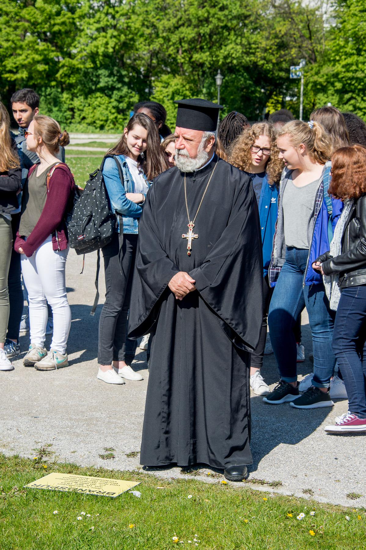 Ο Πρωτοπρεσβύτερος Απόστολος Μαλαμούσης με μαθητές βαυαρικών σχολείων. (Φωτογράφος ο κ. Klaus Weißenberg)