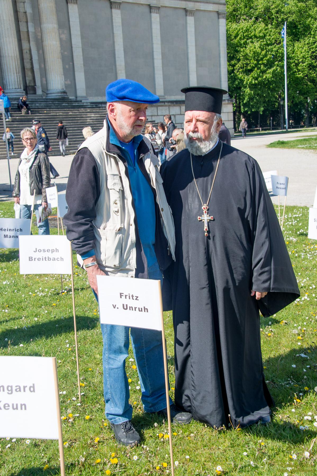 Ο Πρωτοπρεσβύτερος Απόστολος Μαλαμούσης με τον καλλιτέχνη και διοργανωτή κ. Βόλραμ Κάστνερ στη Βασιλική Πλατεία Μονάχου (Φωτογράφος ο κ. Klaus Weißenberg)