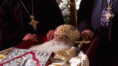 Ο τελευταίος ασπασμός στον επίσκοπο της αγάπης, της προσευχής και της φιλοπατρίας