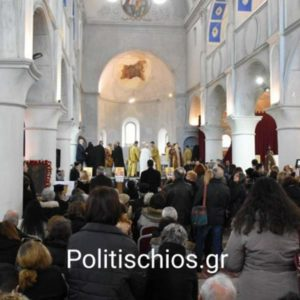 Τσεσμέ: Πλήθος πιστών στη Θ. Λειτουργία της κλειστής εκκλησίας του Αγίου Χαράλαμπους (φώτο)