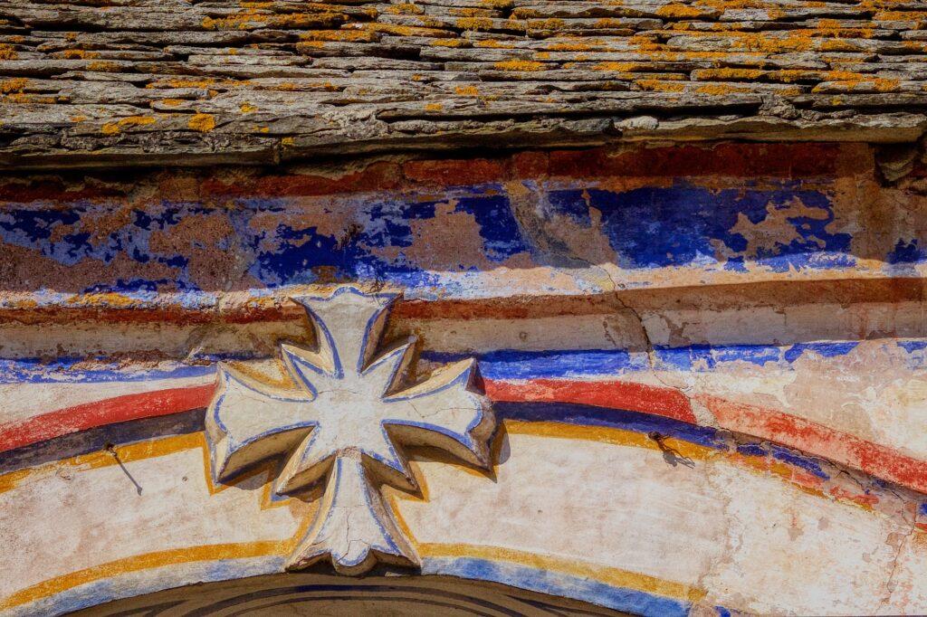 Του Κόσμου τα γυρίσματα: Άγιον Όρος, Ιερά Μονή Χιλανδαρίου, περίτεχνος Σταυρός στην είσοδο της Μονής